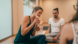 How to make learning anatomy easy for yoga teachers in a yoga class
