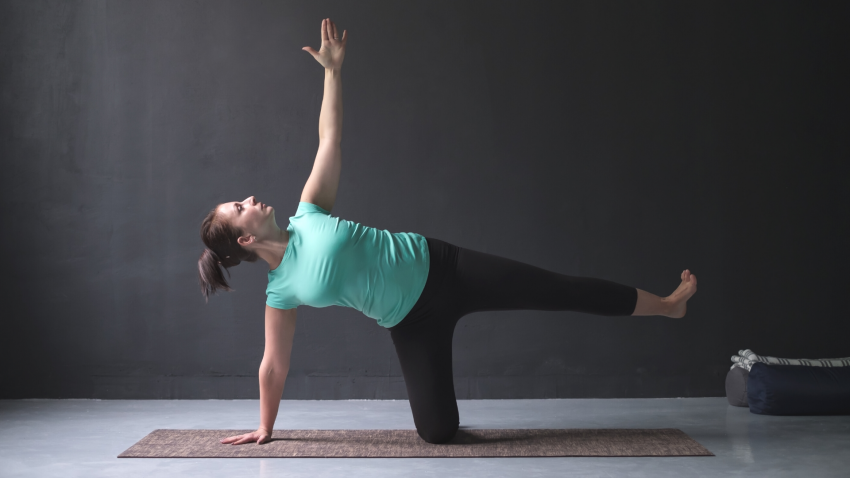 Yoga tips to strengthen the four muscles of the rotator cuff in Side Plank Pose (Vasisthasana)